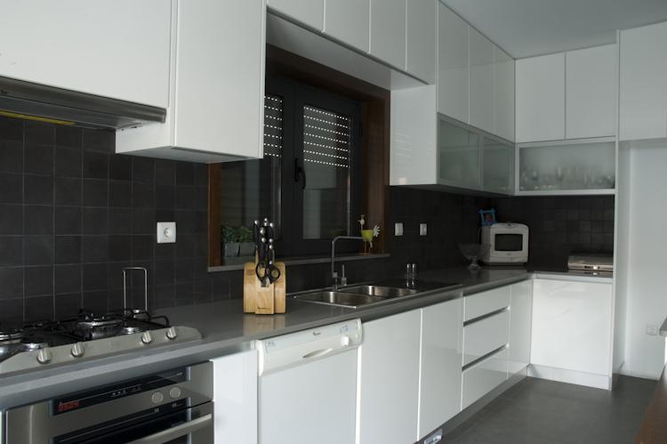 Cozinha em Lacado Branco alto brilho com Puxador de Perfil em Alumínio