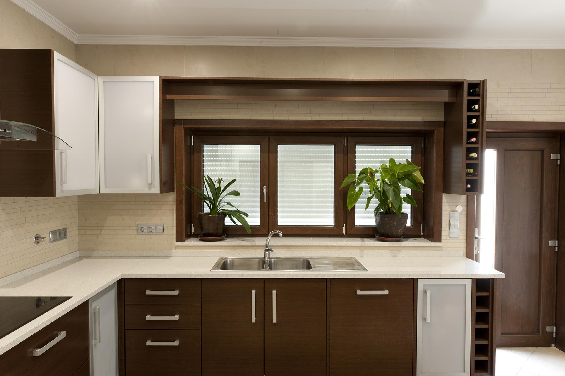 Cozinha com frentes em Wengé Malhado e Alumínio com Acrílico