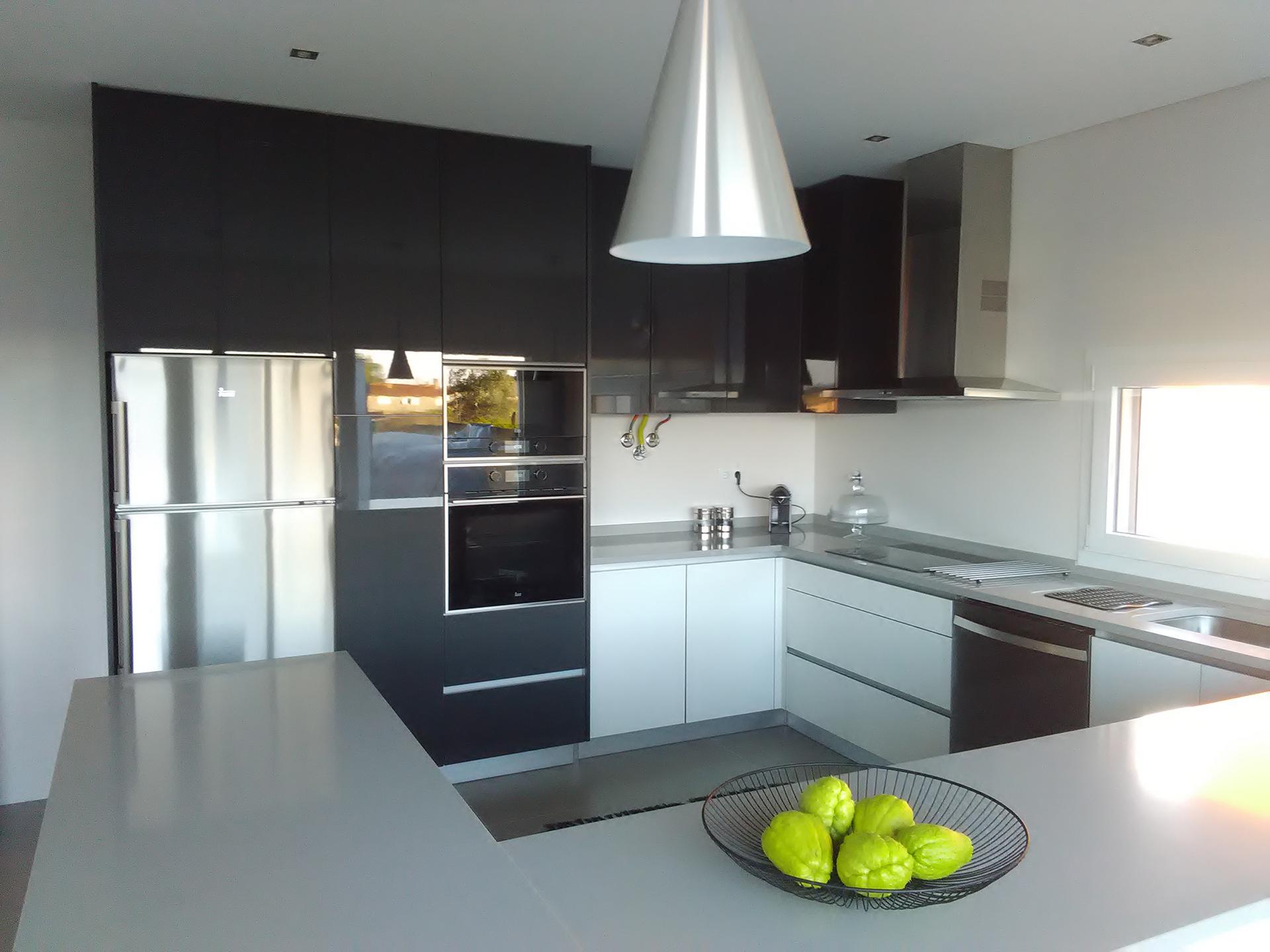 Cozinha em Termolaminado Branco Brilho e Antracite Brilho