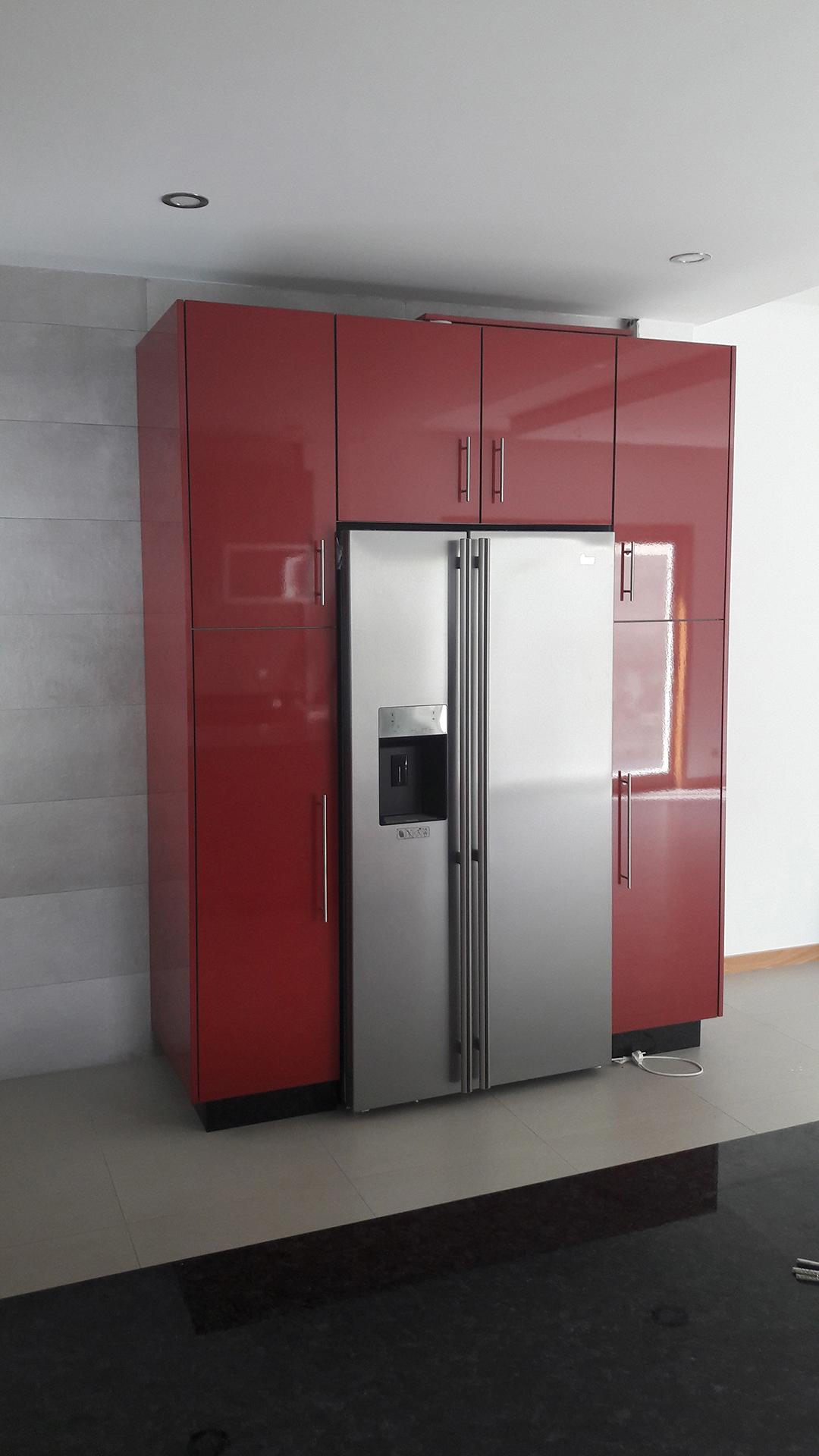 Cozinha Com Frentes Em Acr Lico Vermelho E Cinza Claro Brilhante  ~ Cozinha Cinza Com Vermelho
