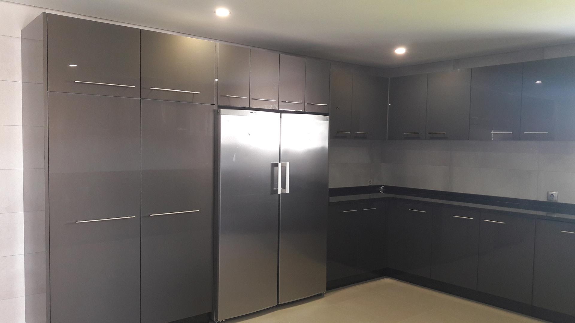 Cozinha com frentes em Acrílico Antracite (Cinza Escuro) brilhante