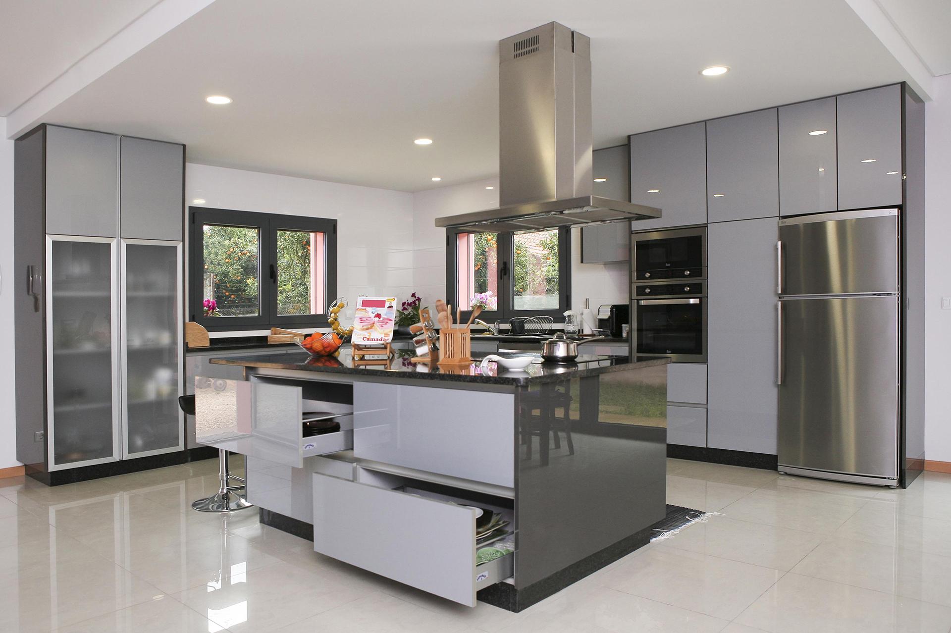 Cozinha em Acrílico Cinza Claro e Antracite com Puxador de Perfil em Alumínio e tampo em Granito Preto Angola