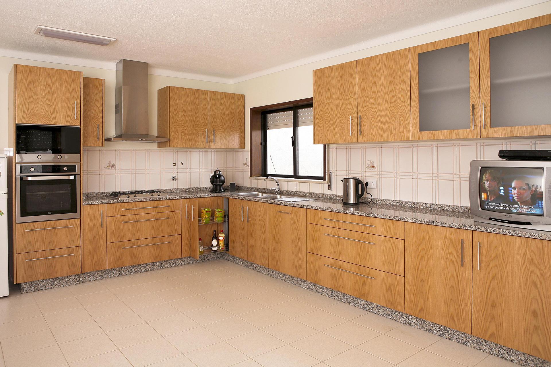 Cozinha em Carvalho Figurado com tampo, rodatampo e rodapé em Granito Rosa Monção