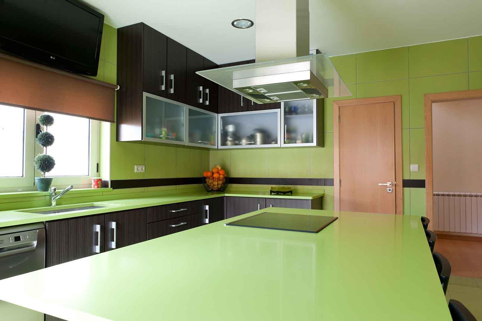 Cozinha em Wengé composto listado com veio vertical e tampo em Silestone Verde