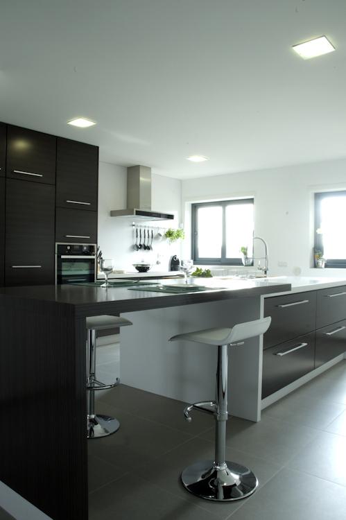 Cozinha em Wengé composto listado com veio horizontal com tampo e revestimento em Silestone Branco