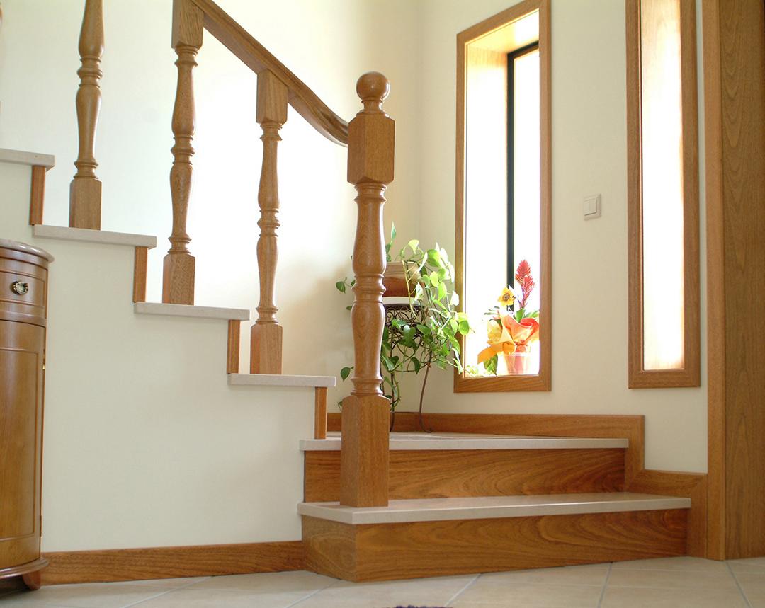 Balaustres, colunas, corrimão e espelhos em Madeira para escadas