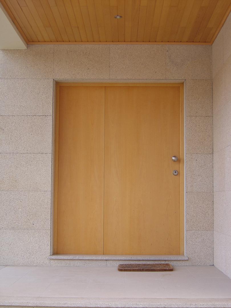 Porta de Entrada em Faia com painel lateral fixo