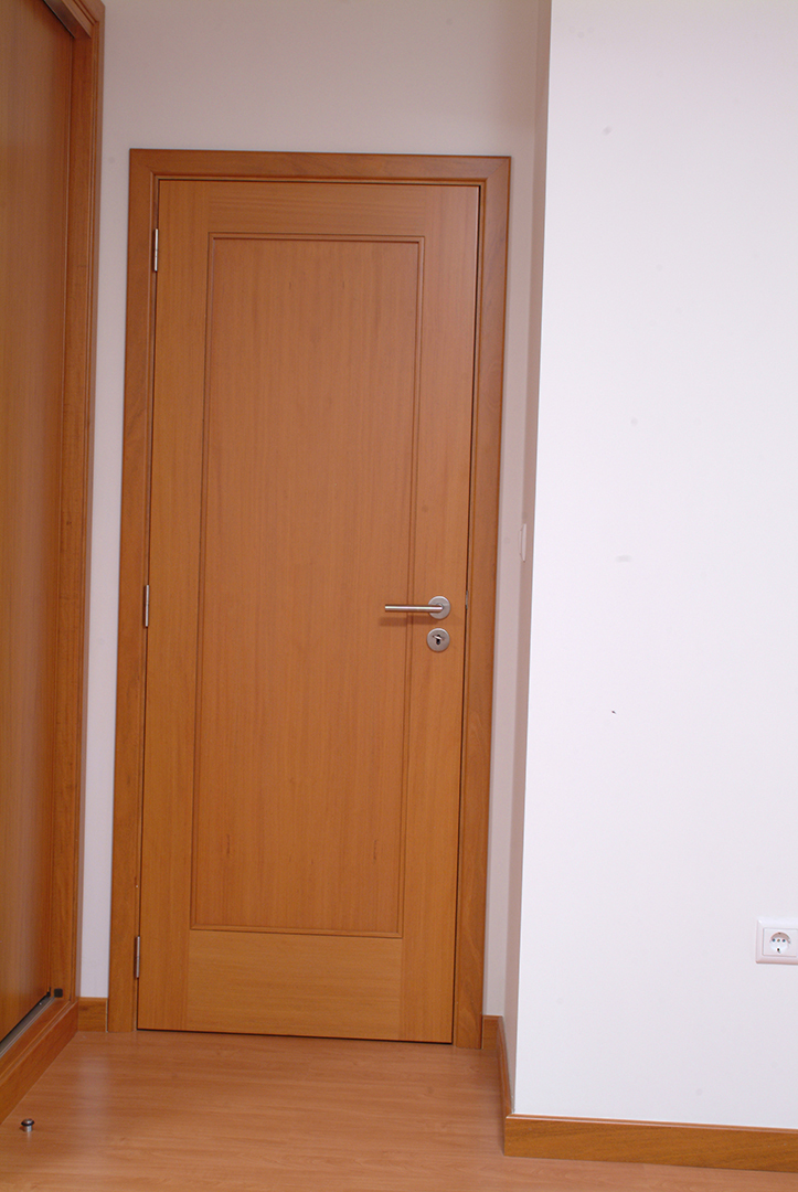 Porta de batente em Faia com Almofada
