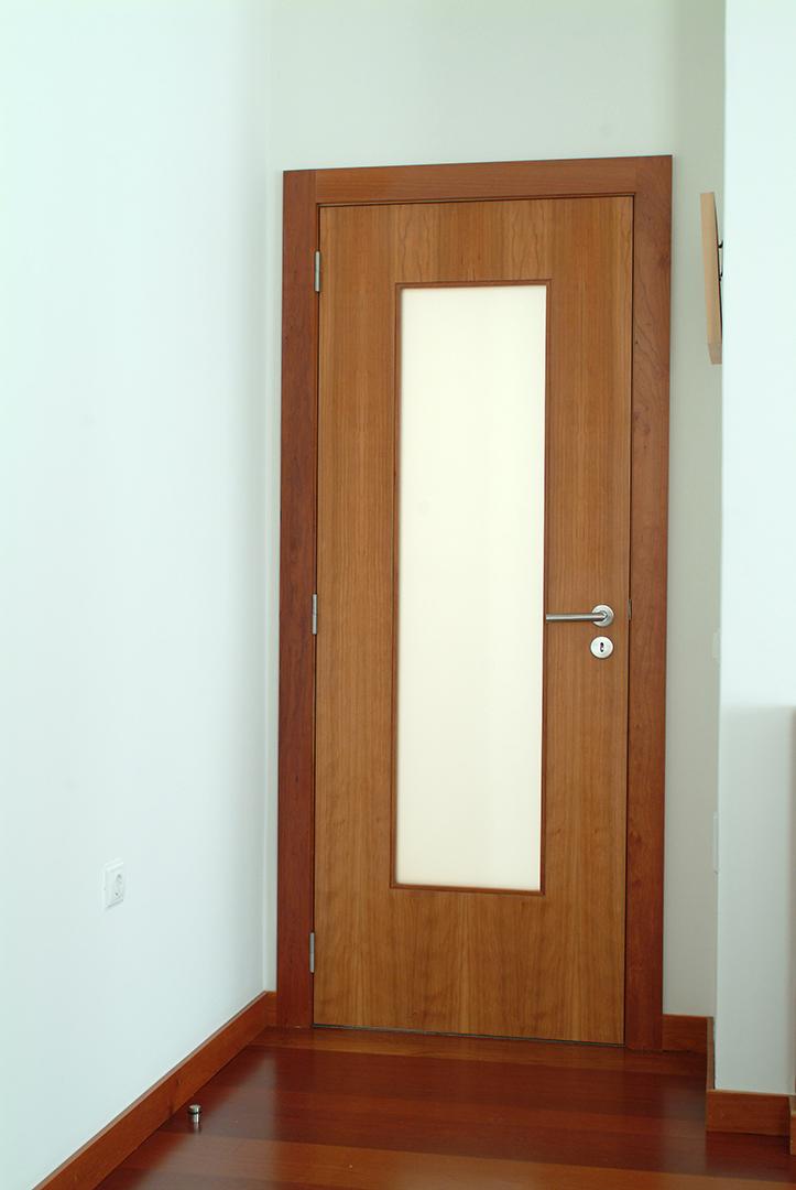 Porta de batente em Cerejeira Americana com Vidro