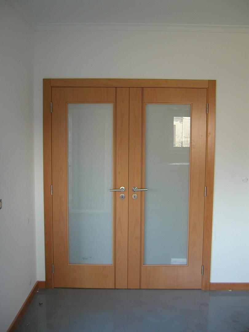 Porta de batente com 2 folhas em Faia com frisos paralelos e Vidro