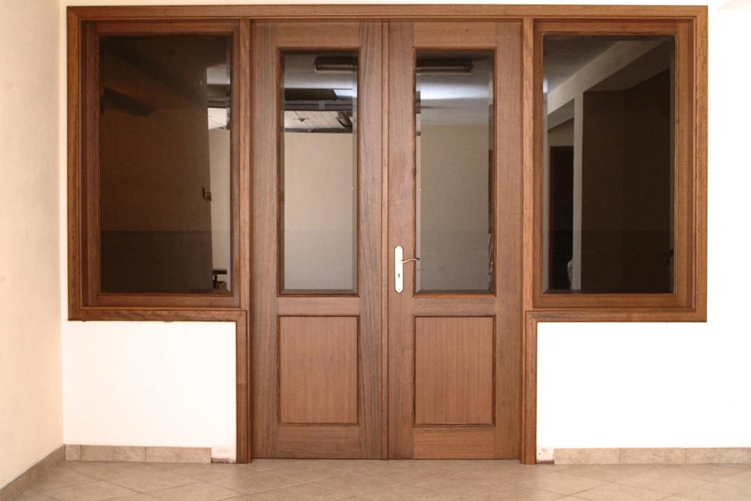 Porta de batente com 2 folhas em Mutene e Vidro ladeada por janelas