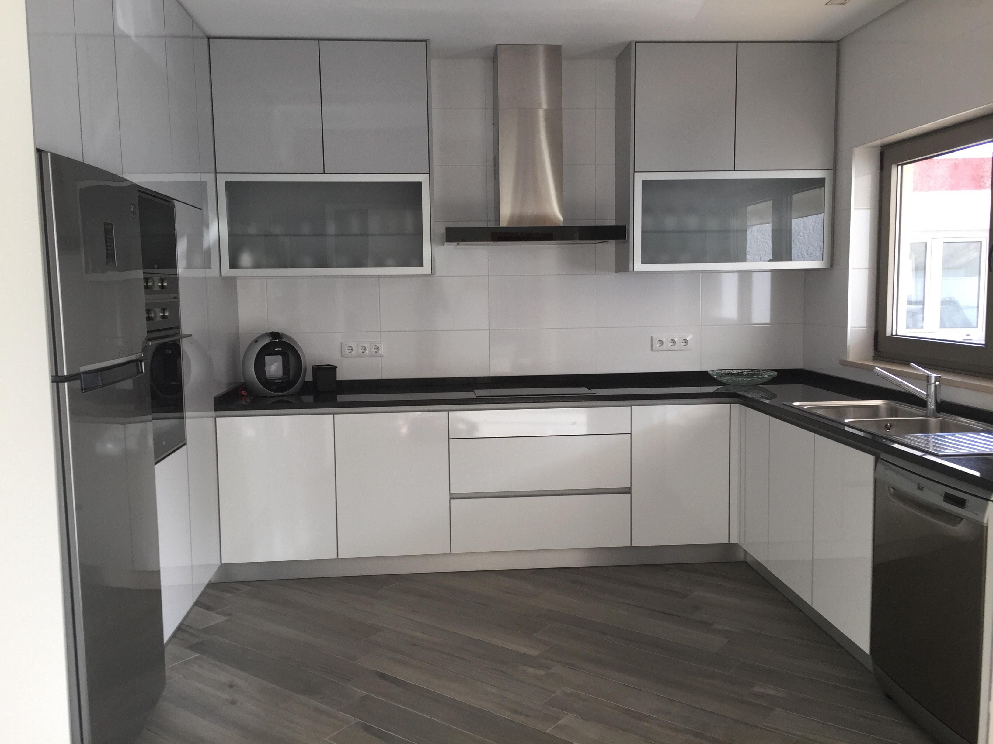 Cozinha em Termolaminado Branco e Cinza Claro Brilho com puxador perfil de alumínio