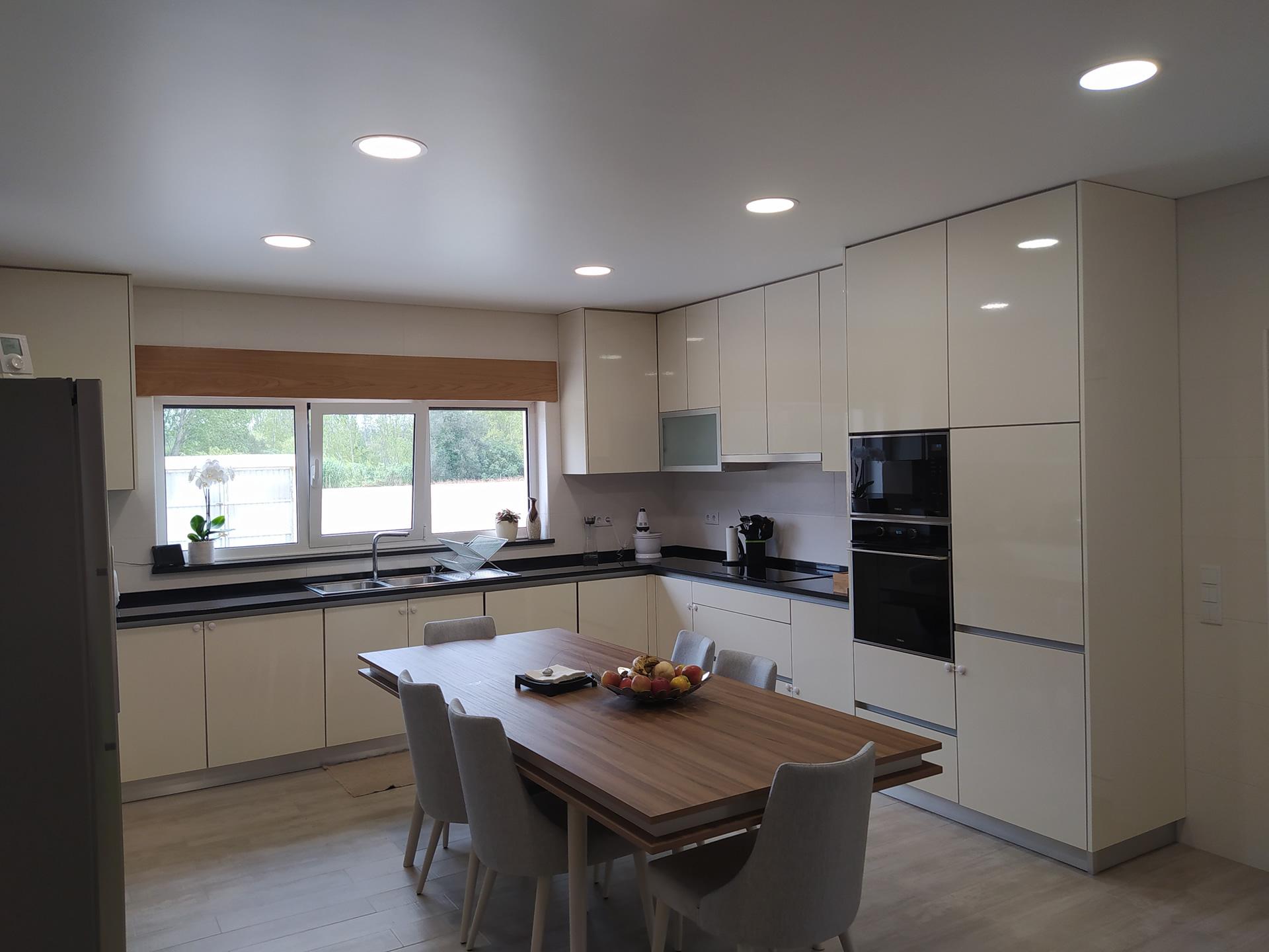 Cozinha em Termolaminado Creme Marfil Brilhante com puxador de perfil em alumínio